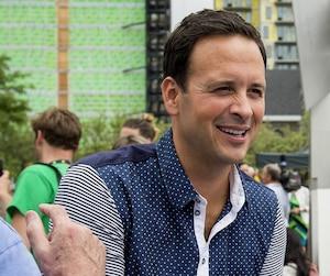Alexandre Cloutier (à gauche) photographié lors du défilé de la Fierté gaie à Montréal, hier.
