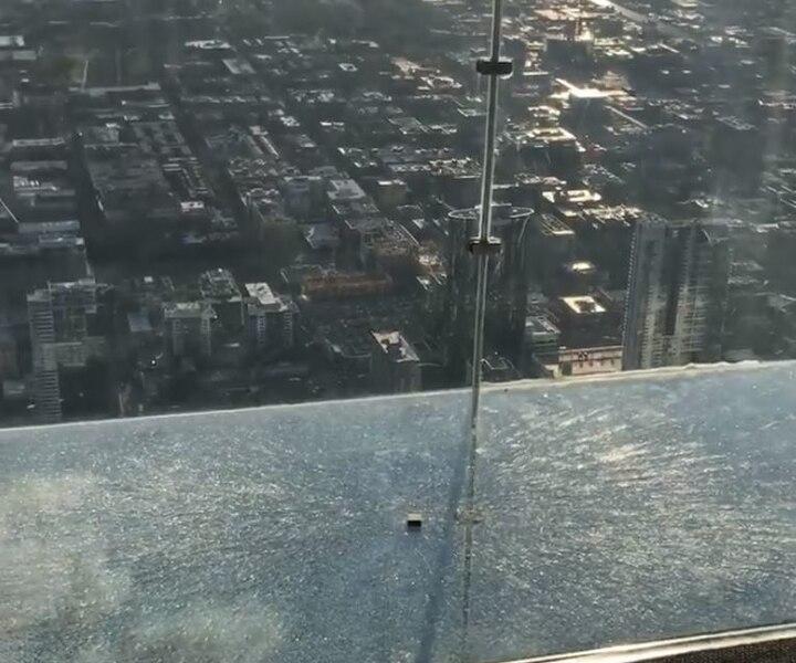 Un plancher de verre craque sous leurs pieds à plus de 410 mètres dans les airs