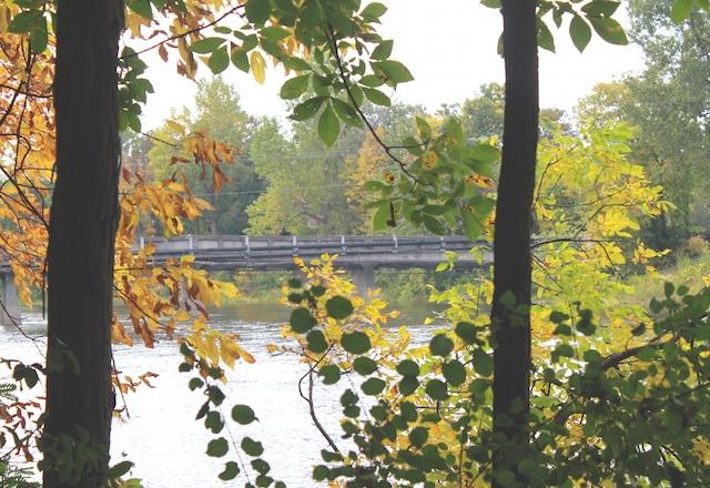 Un pont privé raccorde l'île à la terre ferme.