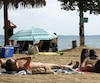 Une centaine de personnes profitaient de la plage de Saint-Zotique dimanche alors qu'une vague de chaleur se faisait sentir dans la région de Montréal.
