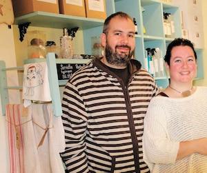 Martin Dupuis et Julie Courchesne, âgés de 39ans, ont beaucoup fait réagir avec leur décision de ne pas se reproduire par souci environnemental. Ils se sentent aujourd'hui solides dans leur position de ne pas avoir d'enfant.
