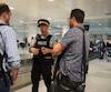 Le gendarme Nicolas Ferraro de la GRC distribuait des tracts aux touristes hier en fin de journée à l'aéroport de Montréal.
