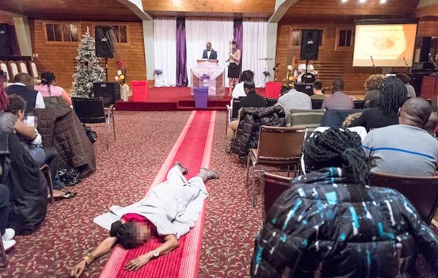 Une femme reste allongée après que le pasteur Dieunedort Kamdem aurait effectué sur elle une «guérison miraculeuse» pour la libérer de ses maux de ventre.
