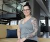 Véronique Alain s'est fait tatouer le bras, un tatouage qui représente le combat qu'elle a mené contre son cancer.