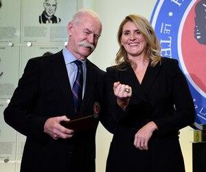 Légende de la LNH, Lanny McDonald a remis la bague d'intronisée à Hayley Wickenheiser lors d'une cérémonie tenue vendredi soir au Temple de la renommée du hockey, à Toronto.
