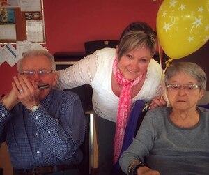 Sylvie Cloutier (au centre) dénonce le fait que ses parents Lucien Cloutier (à gauche) et Marcia Fillion (à droite) vivent dans des résidences séparées. M. Cloutier avait l'habitude de jouer tous les jours de l'harmonica à sa femme souffrant d'Alzheimer.