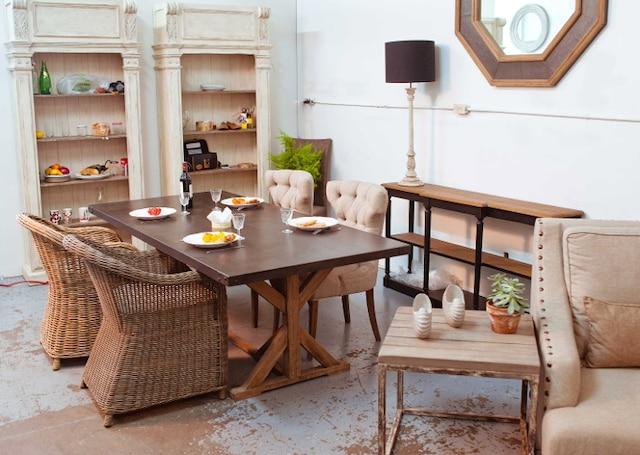 Toujours dans la collection charme, on remarquera dans cet ensemble, la symbiose de plusieurs tendances actuelles: fauteuils de rotin, devant une table au plateau de métal, ainsi qu'au piétement sophistiqué de bois recyclé, accompagnés sur la gauche, de bibliothèques «tellement françaises» ! C'est très joli!