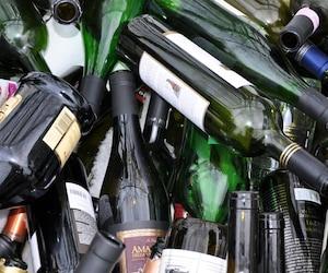 Selon Québec solidaire, plus de la moitié des quelque 220 millions de bouteilles vendues annuellement par la Société des alcools du Québec (SAQ) finissent dans les sites d'enfouissement.