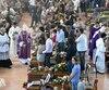 Les plus hautes autorités de l'État, ainsi que des centaines d'habitants et de secouristes, se sont retrouvées dans un gymnase d'Ascoli Piceno, au pied des montagnes meurtries, pour une messe de funérailles en hommage aux 291 personnes décédées.