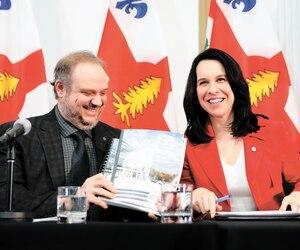 Le président du comité exécutif Benoit Dorais et la mairesse Valérie Plante étaient tout sourire en présentant aux médias le premier budget de la nouvelle administration municipale à l'hôtel de ville de Montréal, mercredi en fin d'avant-midi.