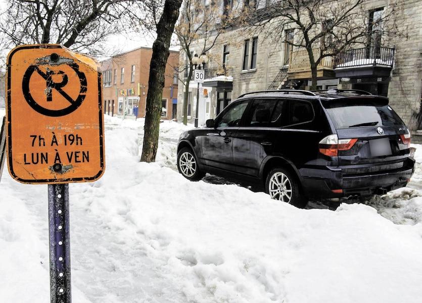 Les véhicules à traction intégrale, comme cette BMW photographiée hier à Montréal, doivent être déplacés avec une remorqueuse munie d'une plateforme. Pour cette raison, ils sont souvent laissés sur place et contournés par les déneigeurs.