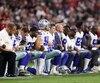 Les joueurs des Cowboys (à gauche) de Dallas et des Cardinals de l'Arizona (à droite) ont protesté collectivement contre les inégalités raciales aux États-Unis, avant et pendant l'interprétation de l'hymne national américain précédant le match de la Ligue nationale de football du lundi soir.