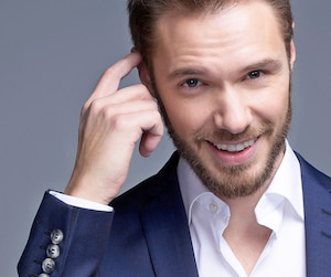 Humoriste depuis neuf ans, Martin Vachon a aussi été vu au petit écran dans Mémoires vives, Cheval-Serpent et Le goût de l'amour.