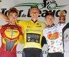 Clément Russo (2e, à gauche) et Jordan Cheyne (3e) entourent le grand vainqueur Andzs Flaksis.