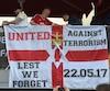 Des fans installent une bannière contre le terrorisme avant la finale de l'Europa League entre l'Ajax Amsterdam et le Manchester United.