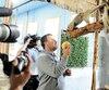 Les propriétaires du zoo Clifford Miller et Émilie Ferland nourrissent, sous l'œil des caméras, les tamanduas avec des pamplemousses.