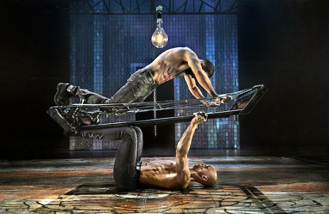 Les danseurs Lael Stellick (tête rasée) et Milan Panet-Gigon dans le  spectacle Bagne.