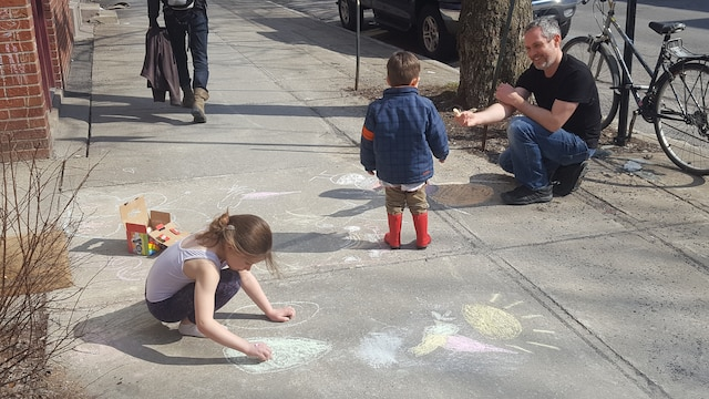 Eran Goldstein a sorti les craies et s'amusait devant chez lui avec ses enfants.