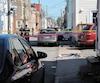 La police enquête après la découverte d'un homme gisant blessé devant le 607 de la rue Napoléon, dans Saint-Sauveur.