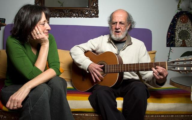 Musicien depuis longtemps, atteint de la maladie d'Alzheimer depuis 13 ans, Rodrigo Gonzalez joue de la guitare sous le regard de sa femme Christine.