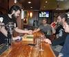 «Tout le monde est résigné. Les gens savent que le Canadien ne va probablement pas jouer dans les séries», dit Kyle Wilson (à gauche), barman au London Pub.