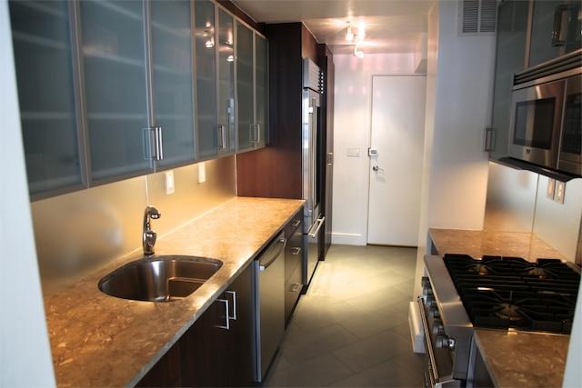 8500 $ - Patrick Campbell, courtier pour la compagnie Nestseekers à New York, en  visite dans un appartement dans le Upper East Side. Cet appartement situé sur la 66e rue est situé au 16e étage, il compte deux chambres à coucher, un salon, deux salles de bain et une cuisine rénovée. L'espace fait 1365 pieds carrés.