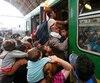 Des migrants s'entassent dans un train à Budapest, ce jeudi.