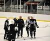 L'entraîneur adjoint, Donald Dufresne, prodigue des conseils à quelques joueurs lors de l'entraînement matinal de mercredi, le dernier avant le départ pour Baie-Comeau.