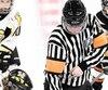 La saison est déjà lancée pour plusieurs arbitres, comme celui-ci à Québec, mais les organisations hockey mineur multiplient les efforts pour en recruter d'autres.