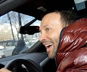Joël Legendre s'est empressé de quitter la station radiophonique Rouge FM hier lorsque Le Journal s'y est rendu pour lui poser des questions.