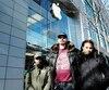 Les deux filles de Boris Dolivet, Lou et Paola, que l'on voit ici devant un magasin Apple de Montréal, mardi, ont visité une succursale au cours de la dernière année dans le cadre d'une sortie scolaire.