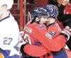 Karl Alzner célèbre avec Marcus Johansson son but marqué en deuxième période du match contre les Islanders de New York, hier soir.