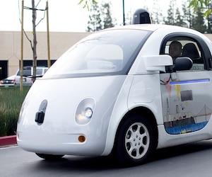 Le géant américain Google dispose déjà d'une flotte de véhicules autonomes depuis 2009. Cette photo prise en janvier 2016 montre un véhicule de Google traversant un stationnement du siège social de l'entreprise, en Californie.