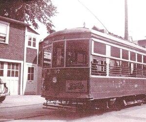 Sur cette photo d'archives, on voit un tramway circulant sur la rue Commerciale à Saint-Romuald.