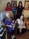 Pour la première fois, Emma Myette (97 ans) tient Alice (2 mois) dans ses bras. Elle est entourée de sa fille Suzanne Bergeron-Gauthier (77 ans), de sa petite-fille Linda Gauthier (55 ans), de son arrière-petite-fille Mélanie Dodon (37 ans) et de la mère d'Alice, Vanessa Guilbault (20 ans).