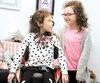 Les jumelles Madeleine et Constance Boursier (à droite) sont atteintes d'amyotrophie spinale. Grâce à une décision récente duministère de la Santé, Constance pourra recevoir un médicament prometteur, qui aide beaucoup sa sœur depuis trois ans.