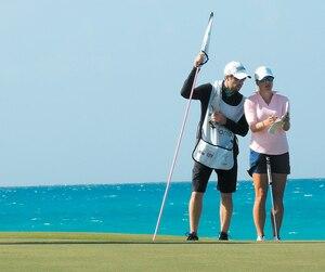 La Québécoise Anne-Catherine Tanguay en discussion avec son caddie sur l'un des verts du Ocean Club de Paradise Island dans les Bahamas, pour un tournoi de la LPGA.