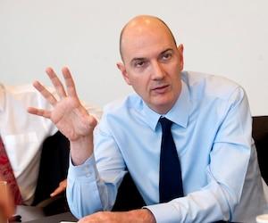 Roland Lescure, photographié en 2011 à l'occasion d'une rencontre avec les médias, a annoncé mercredi qu'il quittait son poste de vice-président de la Caisse de dépôt et placement pour s'engager dans la vie publique et politique française.