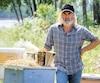 Dans La beauté du monde, le prochain film du cinéaste André Forcier, Roy Dupuis se glisse dans la peau d'un apiculteur.