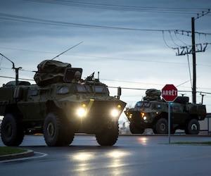 Des militaires sont arrivés à Rigaud en fin de soirée samedi à bord de véhicules blindés légers équipés pour affronter les flots. D'autres escadrons en provenance de la base militaire de Valcartier se sont rendus à Gatineau, Laval et Shawinigan.