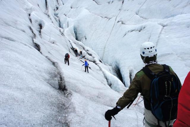 On grimpe le glacier du parc national Vatnajökull.