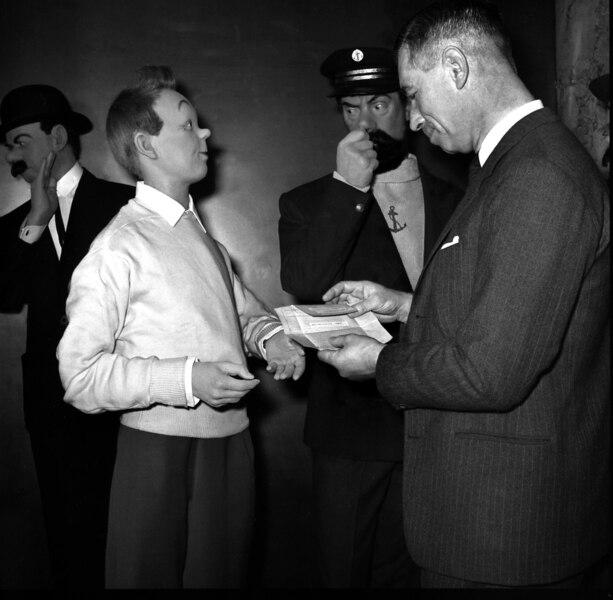 Le 21 décembre 1961, Hergé est à Paris pour assister à l'entrée de ses personnages vedettes au Musée Grévin. Le dessinateur est ravi de découvrir sa famille de papier en trois dimensions.