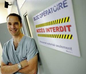 Ingénieur, puis fraîchement promu comme neurochirurgien, le Dr Martin Côté tient, quant à lui, à pratiquer au Québec, à l'hôpital de l'Enfant-Jésus.