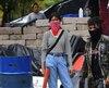 Des étudiants avec des grenades artisanales se tiennent devant une barricade servant à les protéger d'attaques de la part de la police et des membres des Jeunesses sandinistes, devant l'Université autonome nationale du Nicaragua.