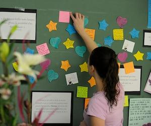 Des élèves de la classe de Maude Carrier, décédée dans l'attentat, ont rendu hommage à leur enseignante.