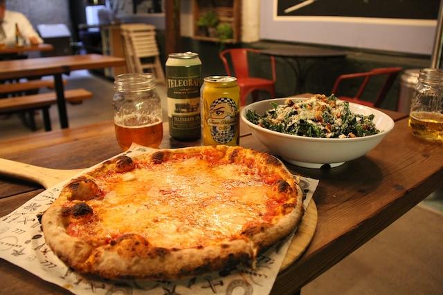 Pizza sur feu de bois et  salade de kale chez  Lucky Penny, dans la  Funk Zone.