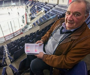 Claude Carrier est recruteur pour les Devils depuis 31 ans et il préfère continuer de prendre des notes à la main lors des matchs.