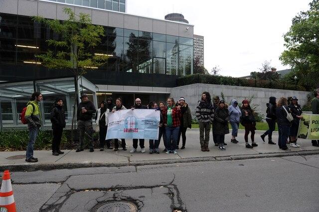 Manifestation devant l'édifice du Ministère du Travail, de l'Emploi et de la Solidarité sociale, sur la rue Saint-Amable, à Québec.