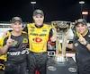 Mario Gosselin, chef d'équipe, Alex Labbé et Alain Lord Mounir, propriétaire de l'écurie GoFas, ont fait la fête après que le pilote québécois eut confirmé son titre dans la série NASCAR Pinty's, samedi soir au circuit de Juksa, en Ontario.