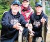Trois pêcheurs heureux de leur aventure, de gauche à droite, Michel Simard, Yvan Théberge et Richard Néron. Debout à l'arrière, le directeur de la réserve des Laurentides, Sylvain Boucher.